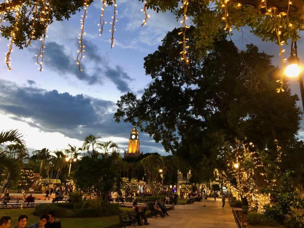 Parque de la Independencia à Mérida le soir, illuminé pour la période des Fêtes.