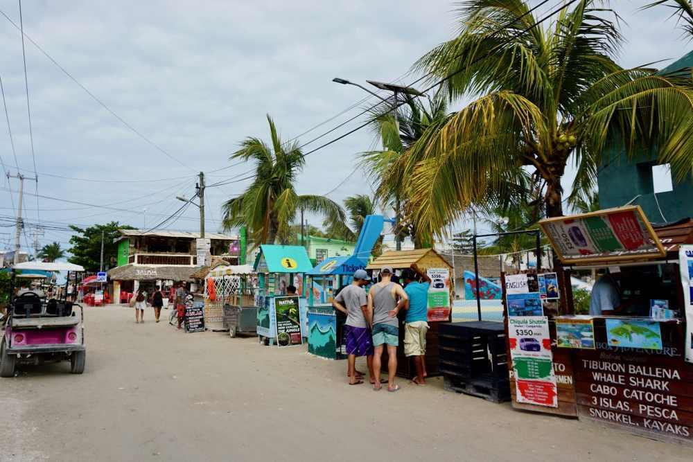 La rue principale de Isla Hlobox avec ses kiosques d'information touristique au Mexique