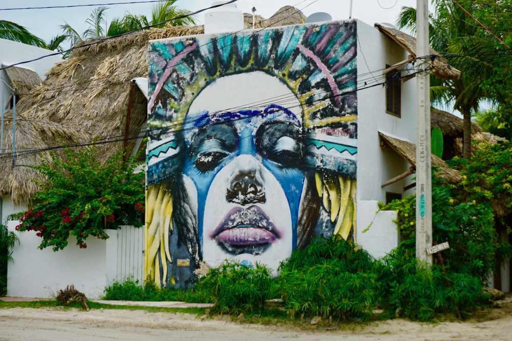 Street art d'un masque dans les rues de Isla Holbox au Mexique