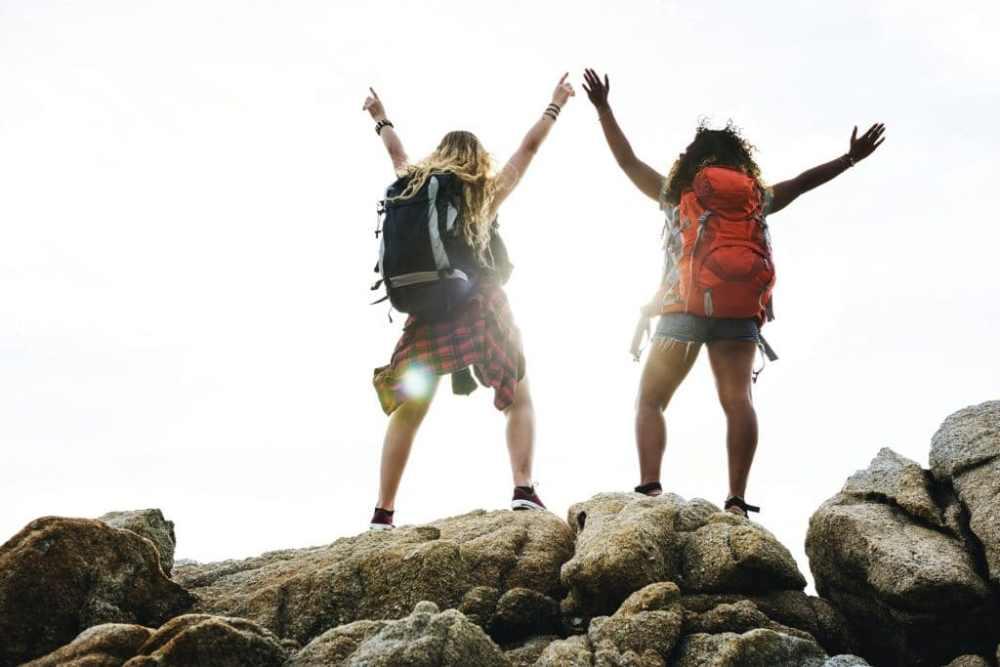 2 filles avec leurs sacs à dos