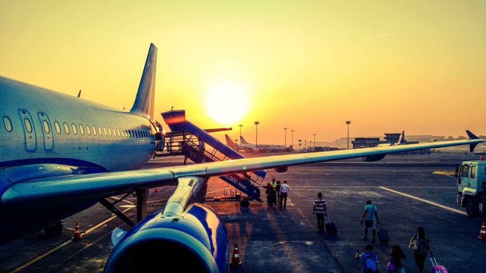 Avion sur le tarmac d'un aéroport