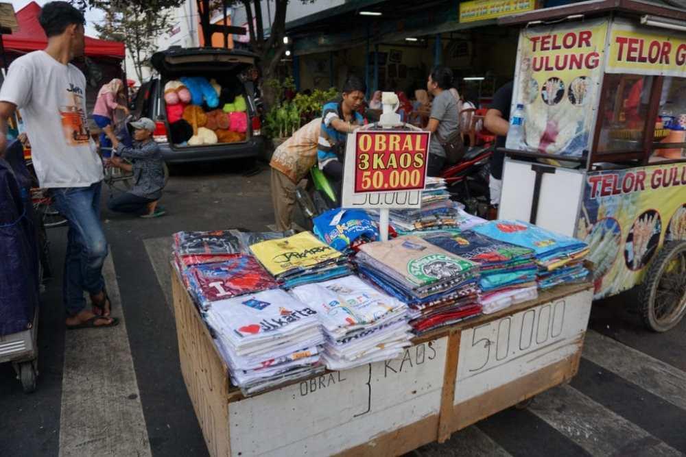 Dans le quartier Kota Tua, un vendeur de t-shirts, Jakarta Indonésie