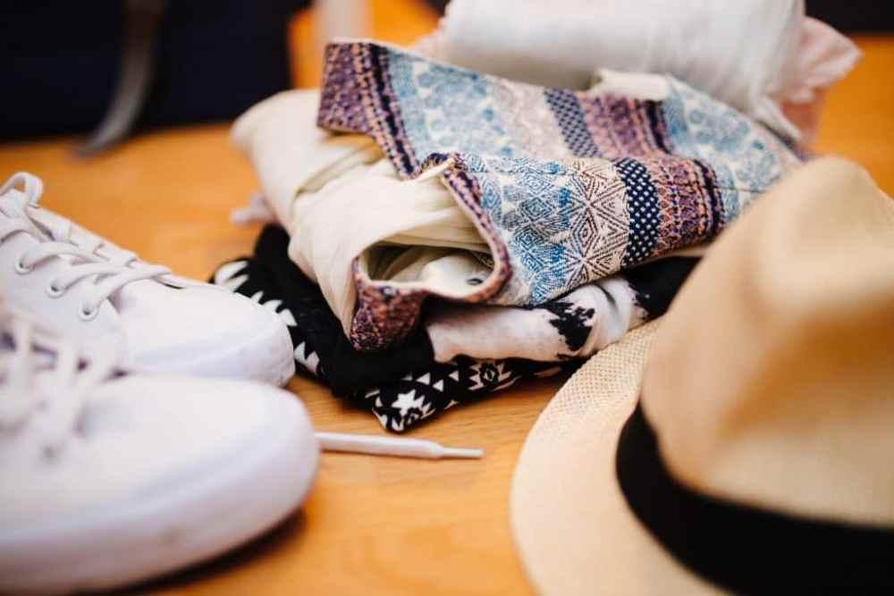 Items voyage: chapeau, souliers, foulard
