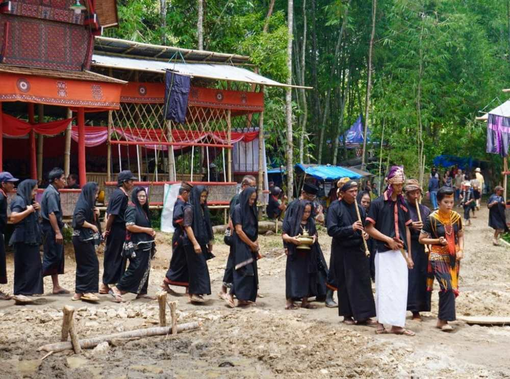 Funérailles dans le Toraja, une famille défile vers la famille du défunt