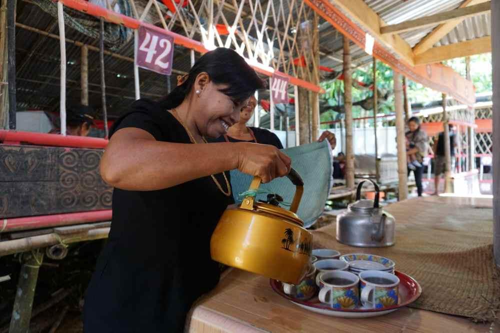 Du thé est offert aux invités pendant les cérémonies