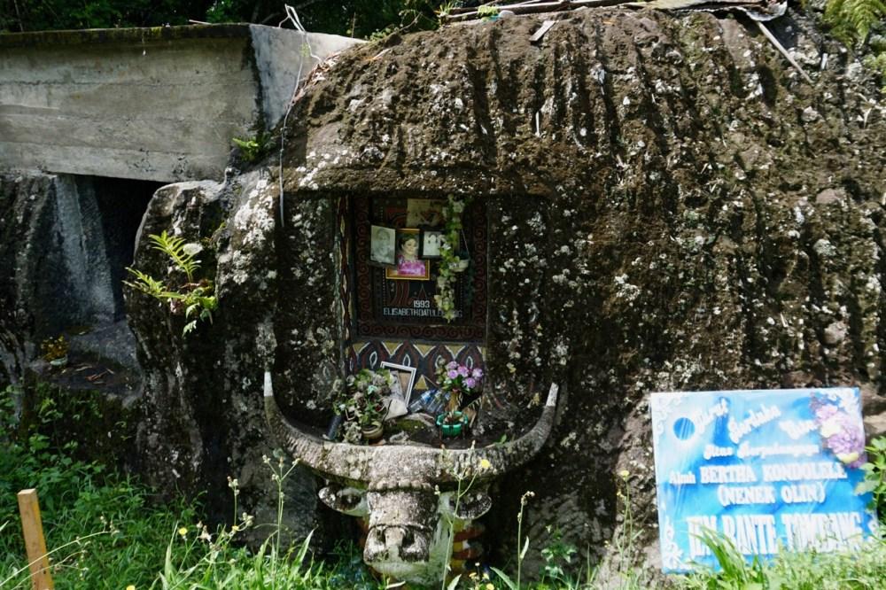 Un tombeau et ses offrandes dans le Toraja