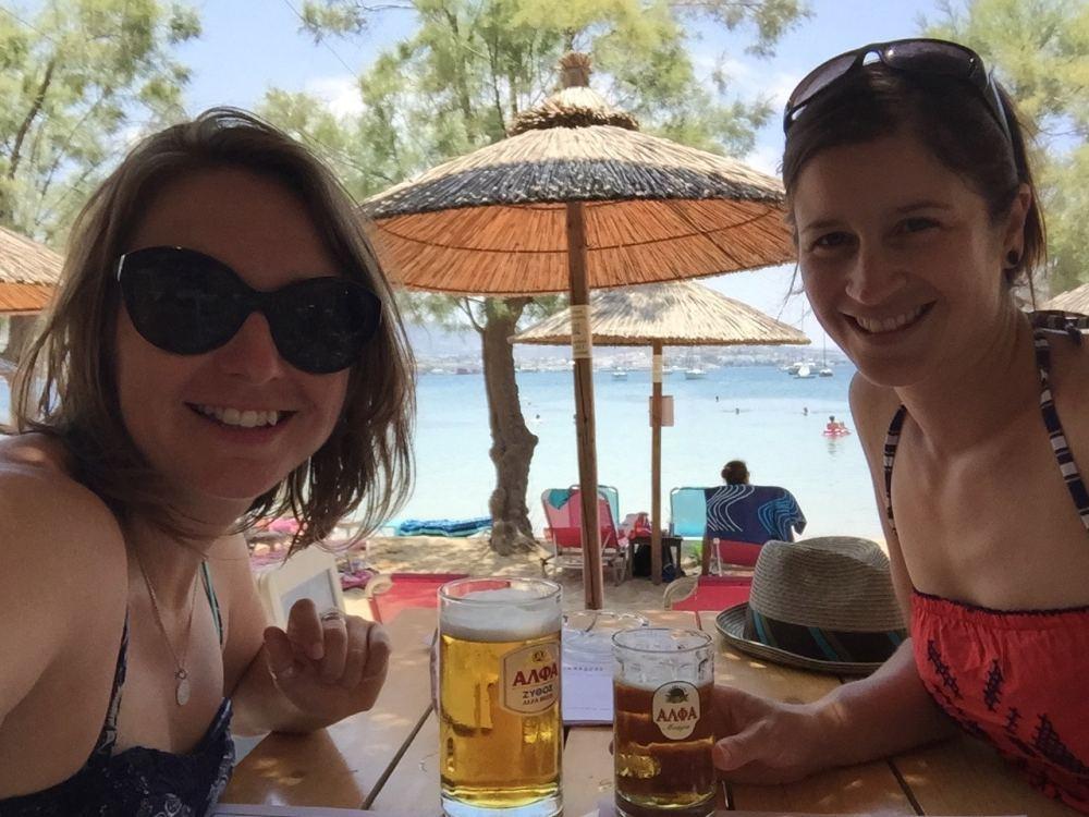 Comment bien choisir son partenaire de voyage? Sur l'île de Paros en Grèce avec mon amie Renee, prendre une bière au bord de l'eau