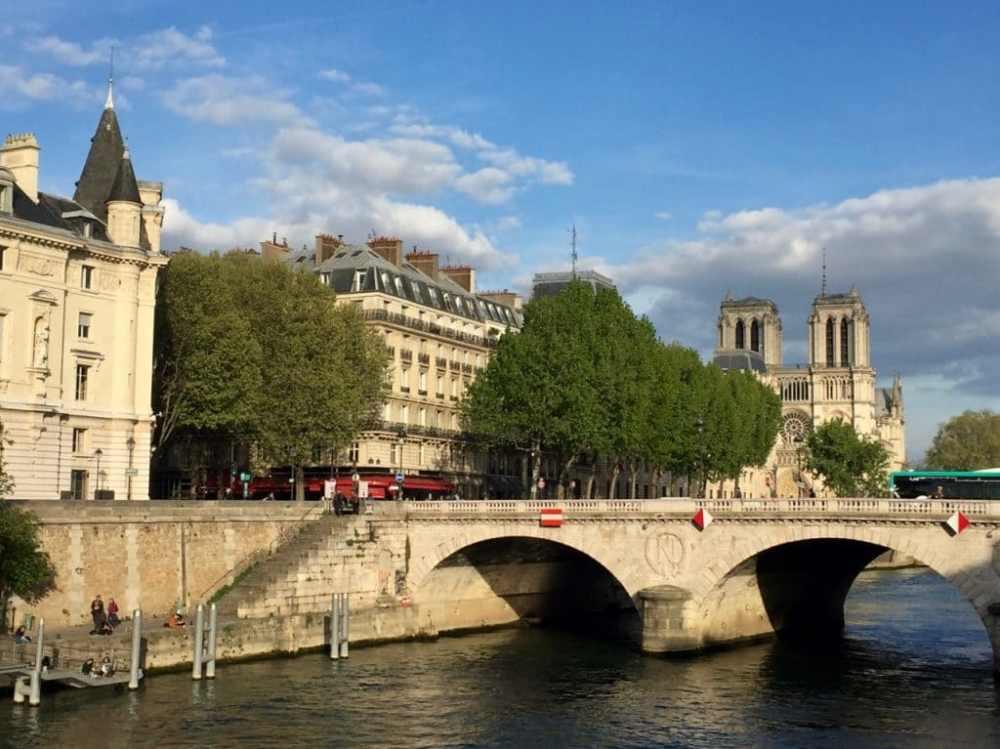 Notre-Dame de Paris au loin au bord de la Seine, France