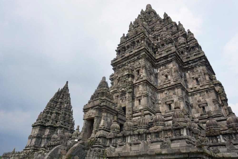 Un des temples principaux du temple de Prambanan à Jogja Indonésie