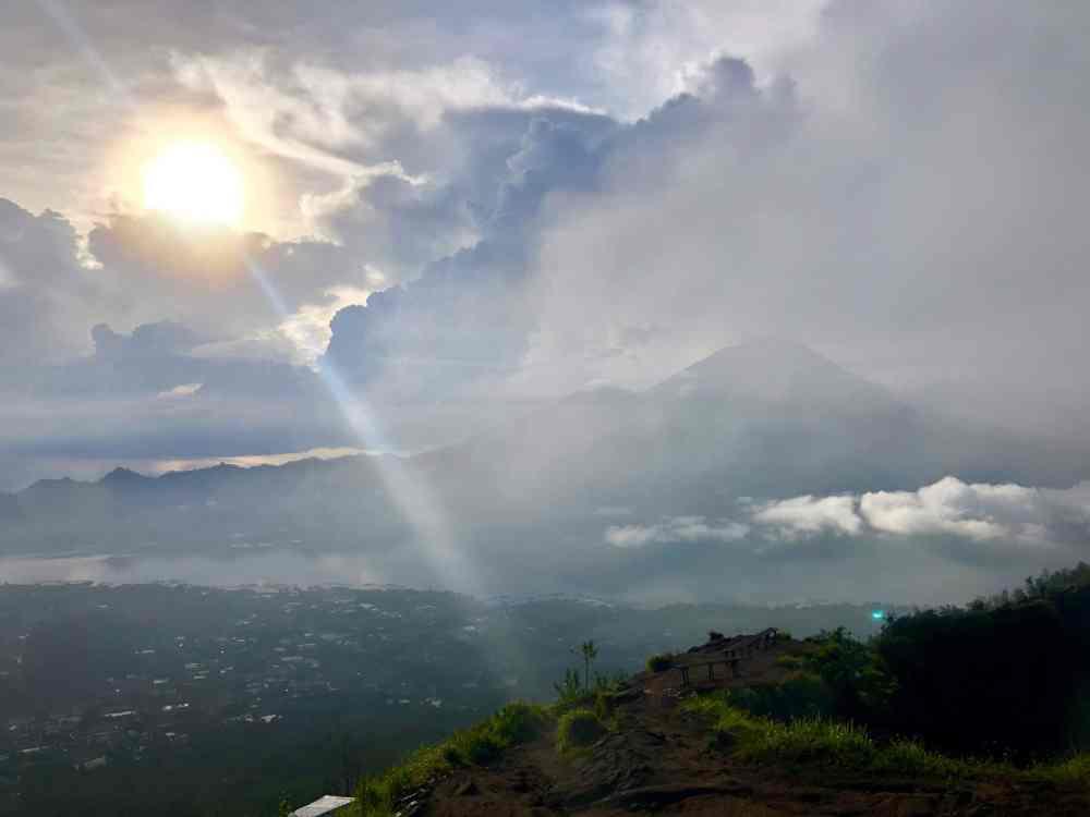 Le soleil se pointe au sommet du Mont Batur avec vue sur le Mont Agung, Bali, Indonésie