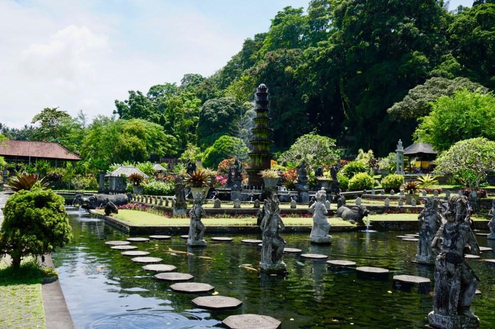 Les jolies fontaines et bassins de Taman Tirtagangga à Bali, Indonésie