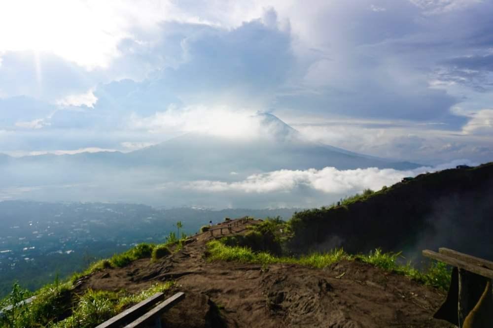 Vue depuis le Mont Batur à Bali sur les Mont Abang et Agung, Indonésie