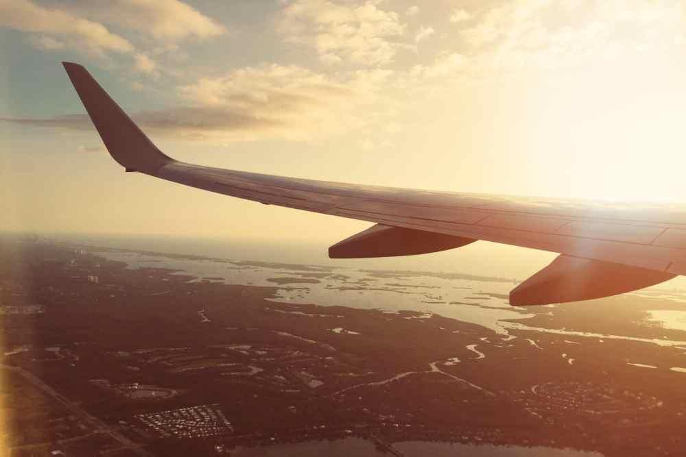 Avion aile au coucher de soleil