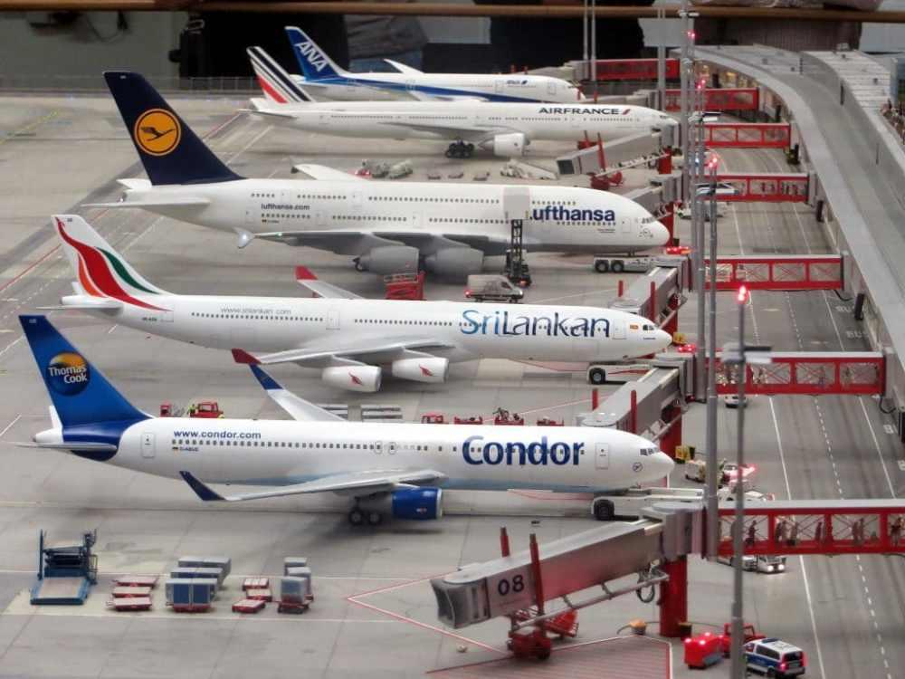 Plusieurs avions aux portes d'embarquement aéroport