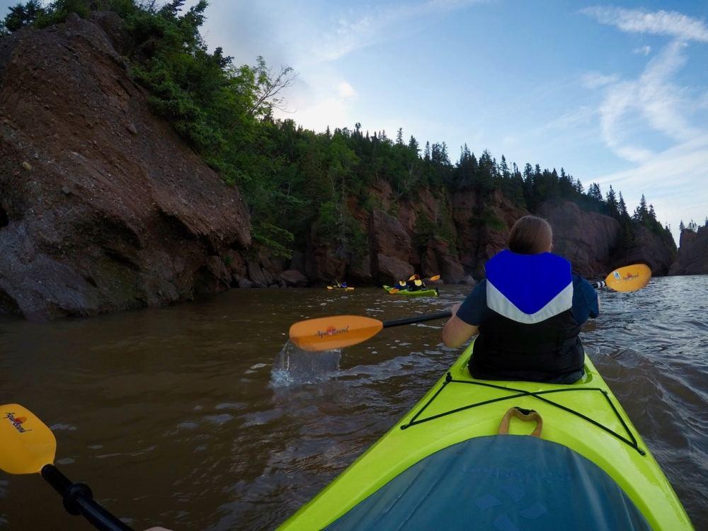 Kayak sous les rochers de Hopewell, NB