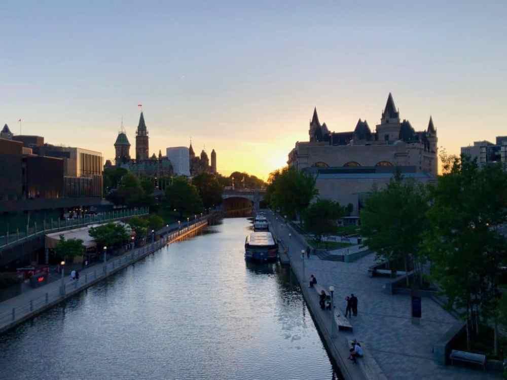 Ottawa au coucher de soleil, canal rideau, drapeau canadien