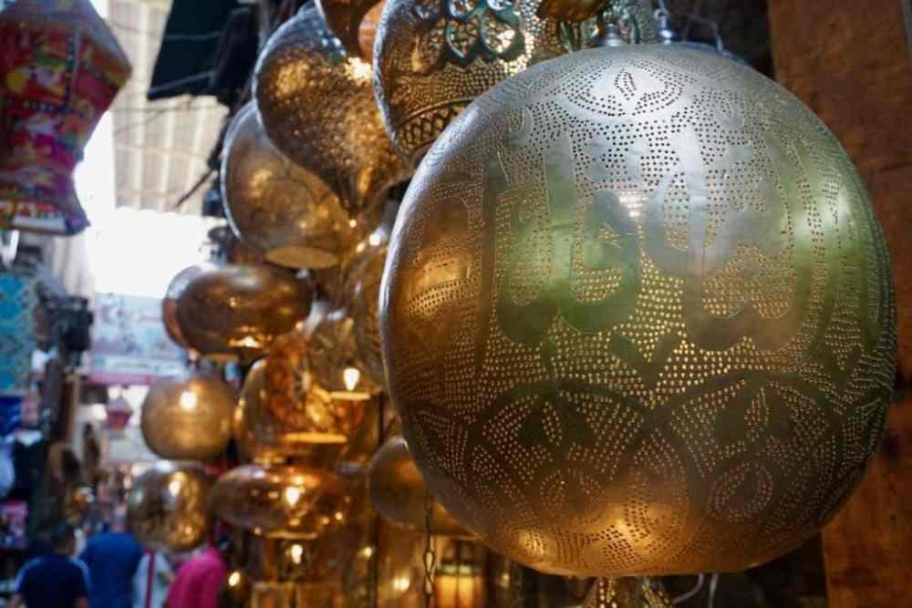 Souk Khan El-Khalili au Caire en Égypte et ses nombreux trésors. Lampes de style Moyen-Orient