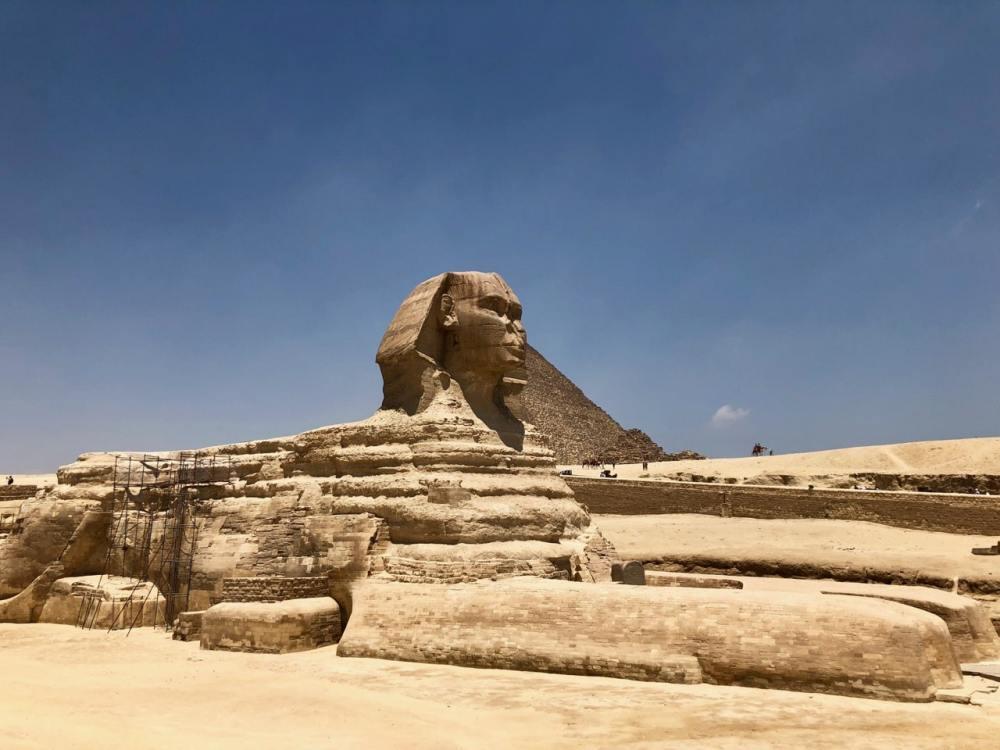 Le Sphinx près des grandes pyramides d'Égypte