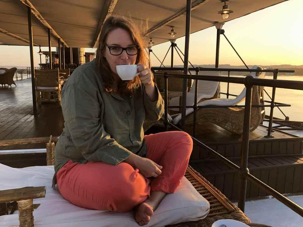 Au petit matin, je bois mon thé sur le pont supérieur du Steam Ship Sudan
