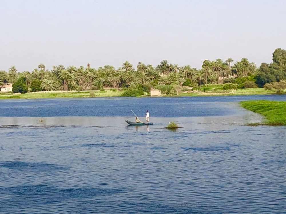 Un pêcheur en chaloupe sur le Nil en Égypte
