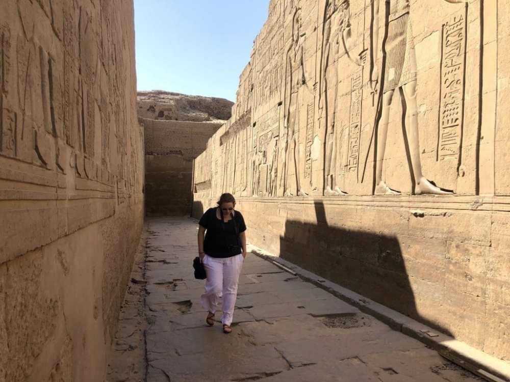 Maude marchant entre les murs du temple de Kom Ombo sur la rive du Nil en Égypte