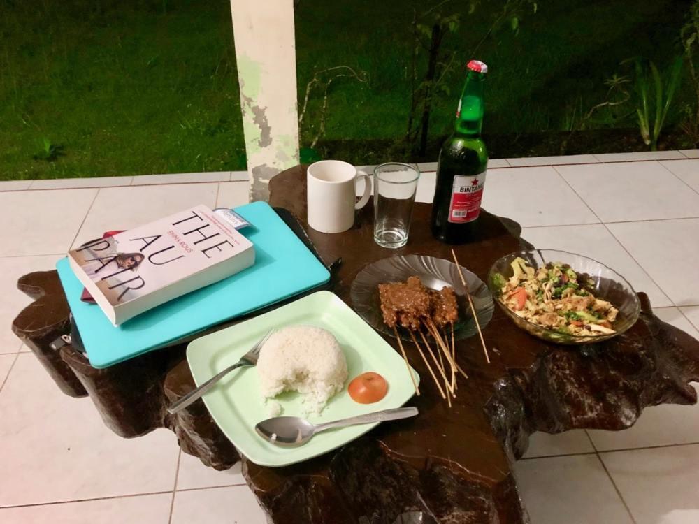 Repas typique indonésien en tête à tête avec un livre et mon ordinateur