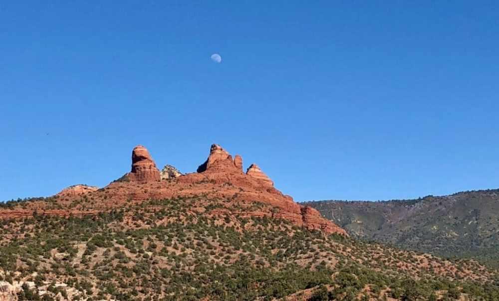 Sedona en fin de journée avec la pleine lune qui sort