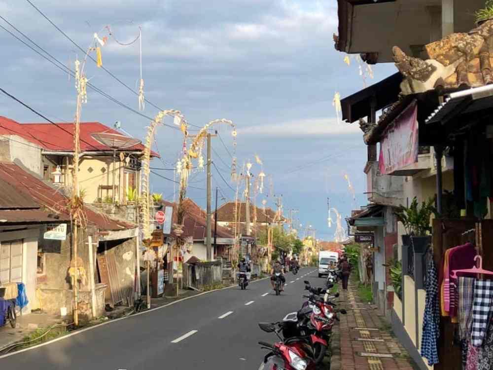 Décorations de rues pour le nouvel an Balinais à Munduk