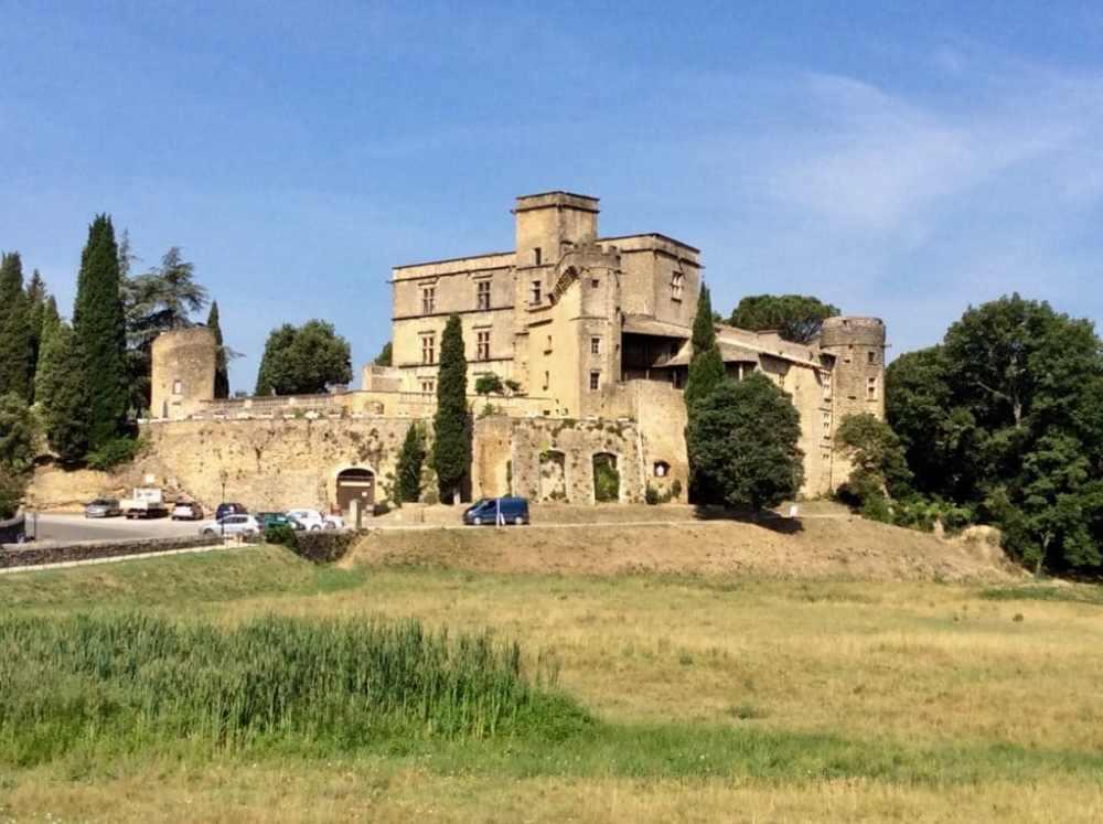 Le château de Lourmarin, un des plus beaux villages de France, en Provence.