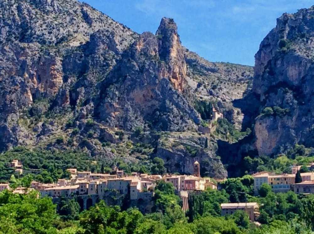 Village de Moutiers Sainte-Marie reconnu pour sa faience en Provence, France