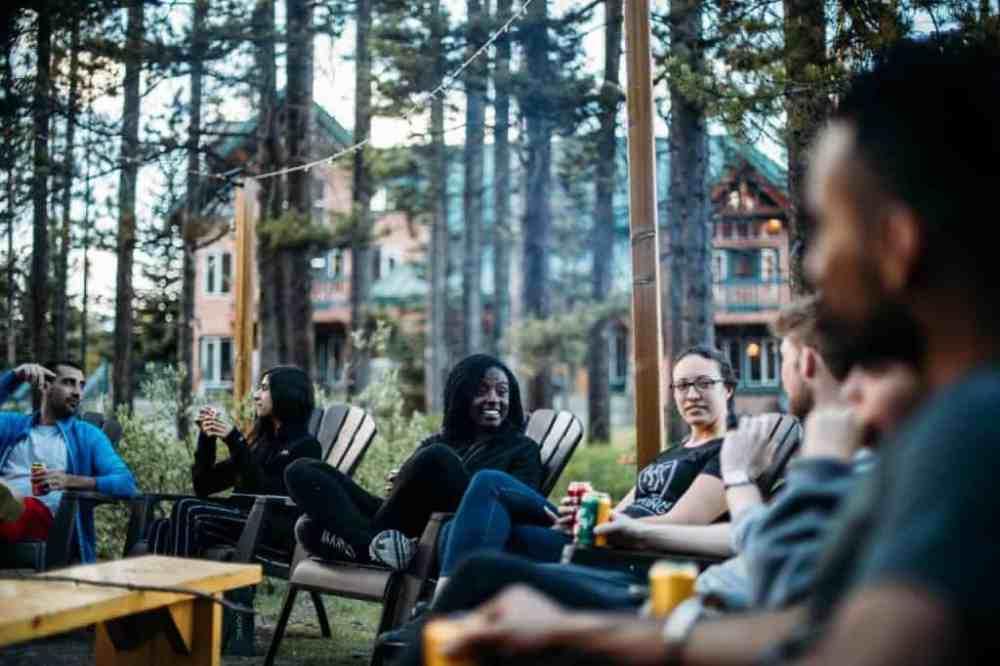 Des gens discutent autour d'un feu à l'auberge de Lake Louise Alpine Centre