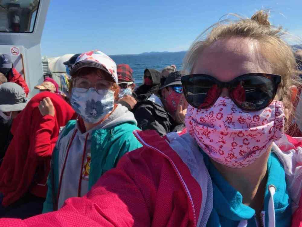 Port du masque obligatoire lors de la croisière avec Croisière Baie de Gaspé pour observer les baleines près du parc Forillon en Gaspésie