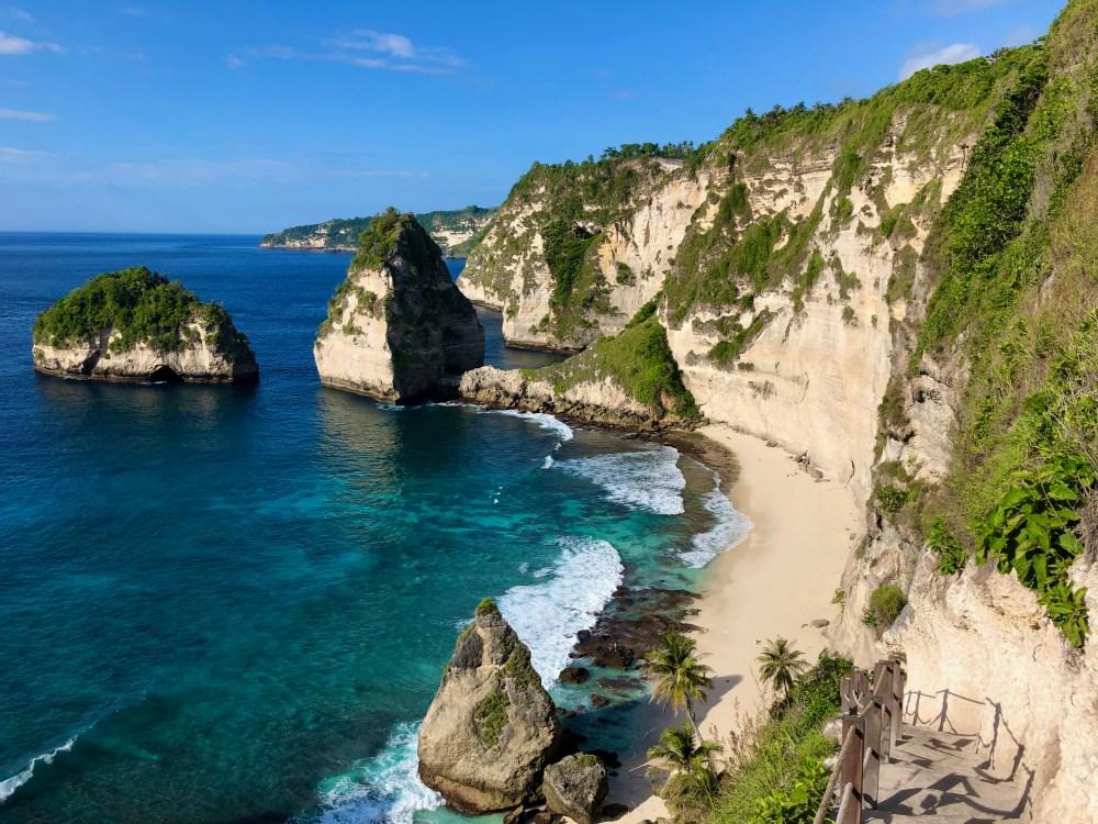 Diamond Beach à Nusa Penida et son escalier étroit pour descendre en bas