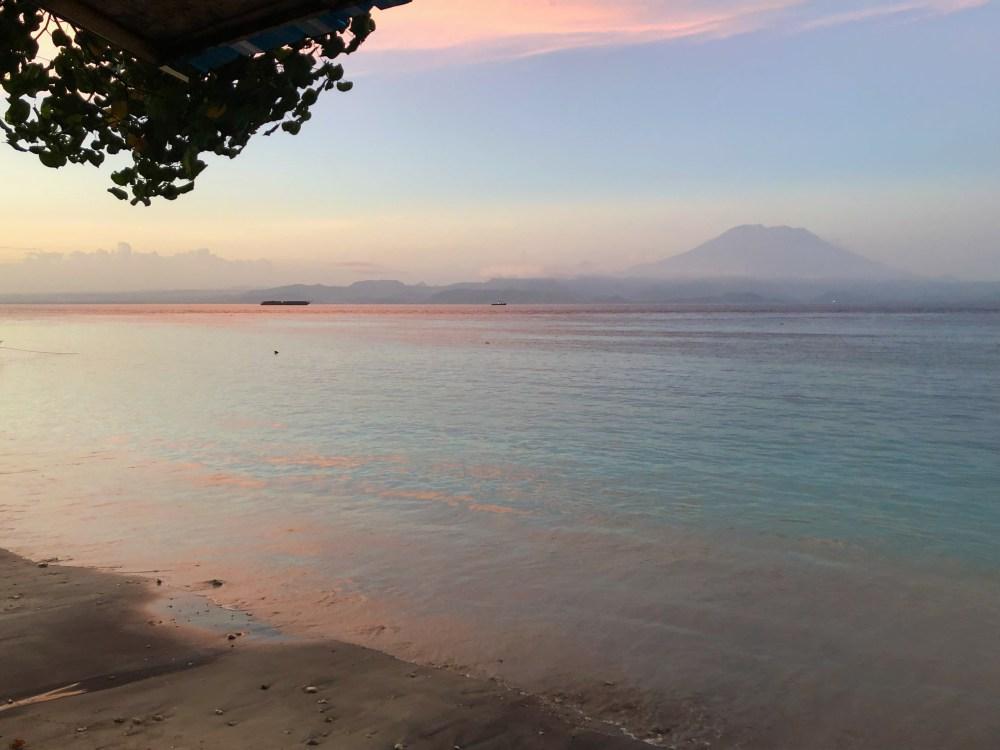 Coucher de soleil sur l'est de l'île de Nusa Penida, Bali au loin