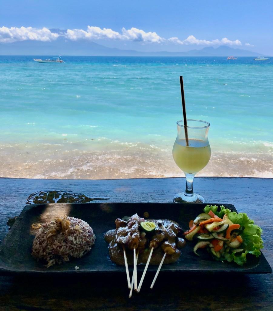 Nusa Penida à Bali, l'eau turquoise, un cocktail et un satay Ayam comme repas.