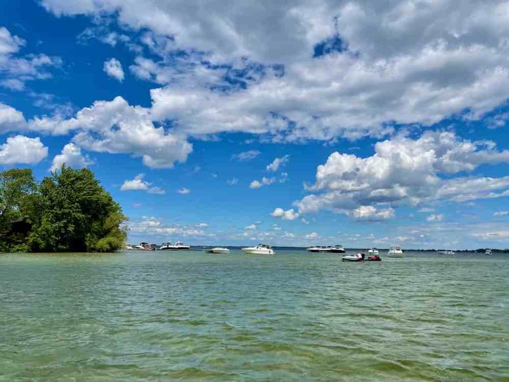 Les plaisanciers accostés aux abords de l'île Raymond sur le lac Saint-François