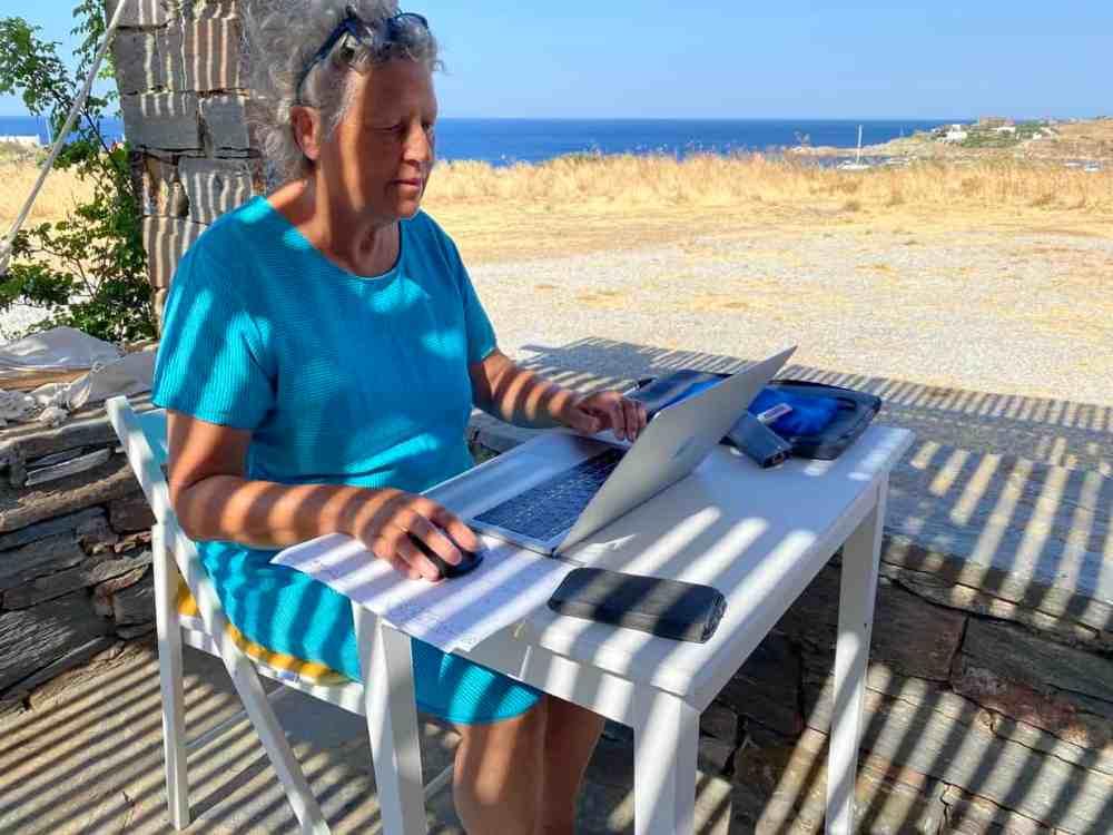 Anne Pélouas en travail nomade à Kea en Grèce