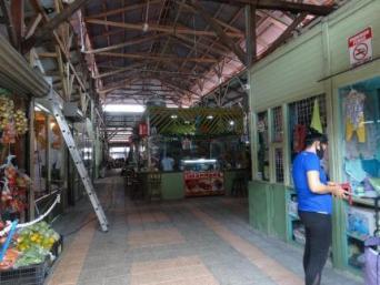 Vista interior donde se aprecia el piso antideslizante y la restauración de la estructura de madera del techo. Por: L. López, CICPC.