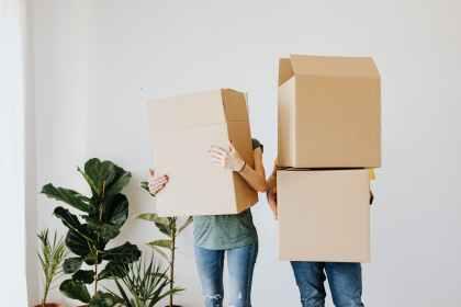 Personnes qui transportent des cartons