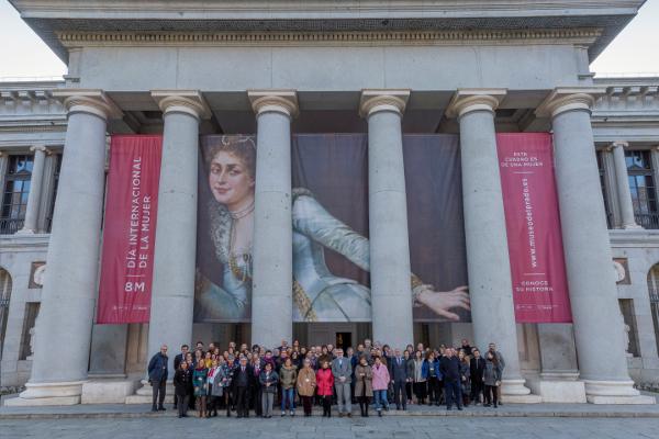 Empleados y representantes de la Dirección del Museo del Prado bajo la lona instalada con motivo del Día Internacional del Mujer en la Fachada de Velázquez. Foto © Museo Nacional del Prado