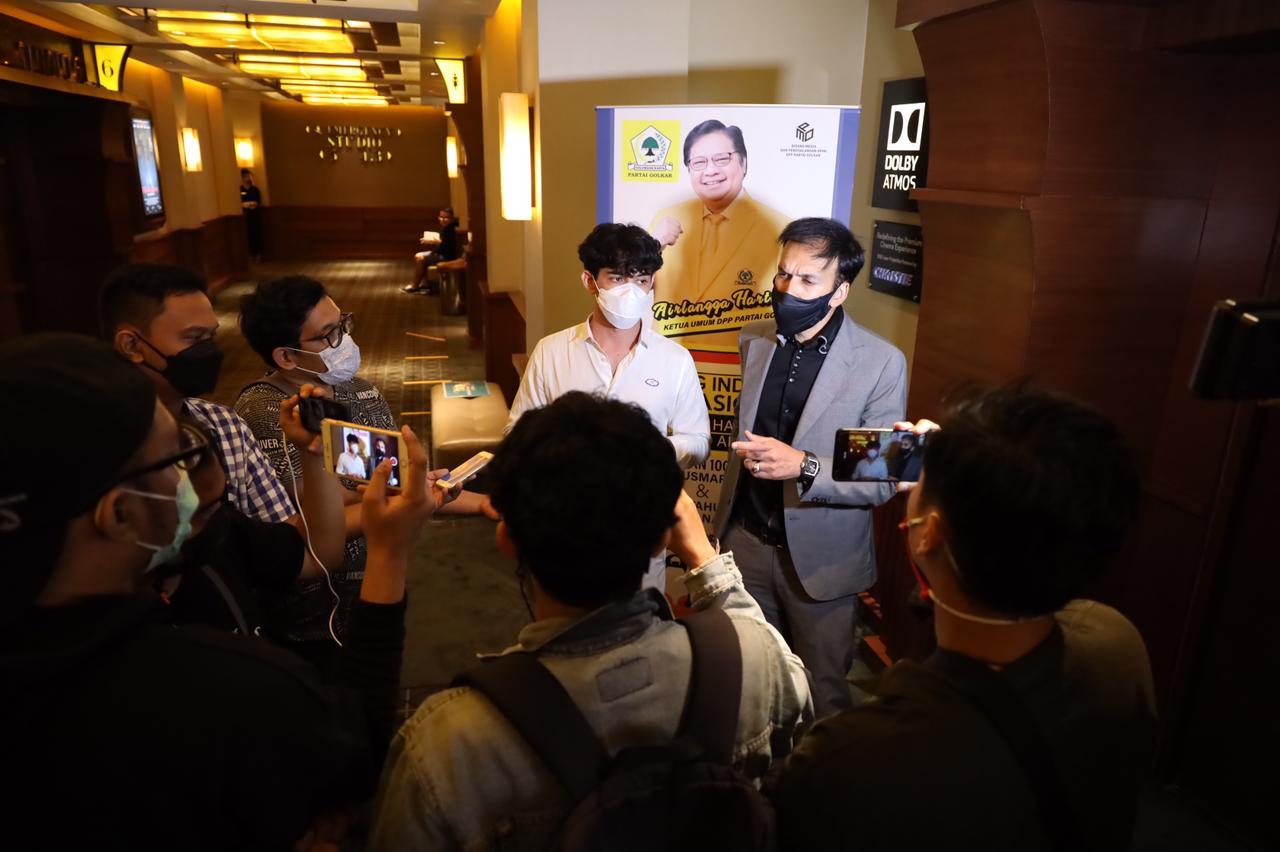 Merayakan Hari Film Nasional, Pak @airlanggahartarto_official mengadakan acara nonton bersama film @habibieainunmovie 3 di bioskop yang juga dihadiri Pak @muhadjir_effendy dan Pak @agusgumiwangk
