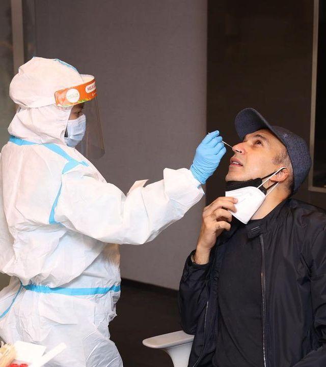 Saya bersama istri selalu rutin menjalani swab PCR untuk berjaga-jaga akan kesehatan kami dan team MD