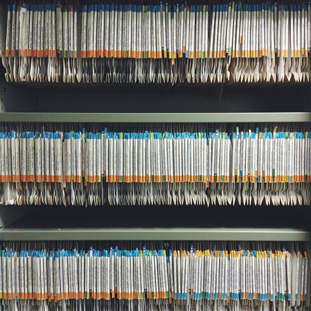 Regla de elementos repetidos en fotografía de carpetas de archivo