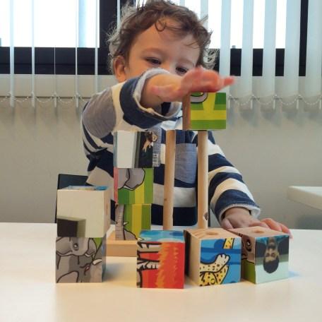 Foto de niño montando las piezas de haciendo un puzzle fotográfico