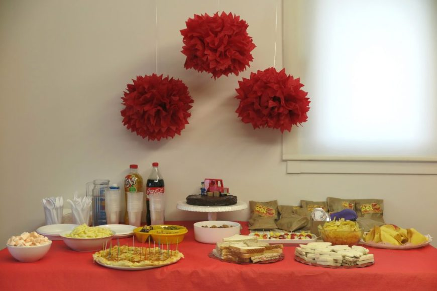 Fotografía de mesa con la comida del cumpleaños temático de Postman Pat