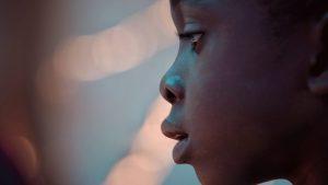 Kind_schaut_aus_Fenster_Foerderverein_Maison_des_Anges_Haiti