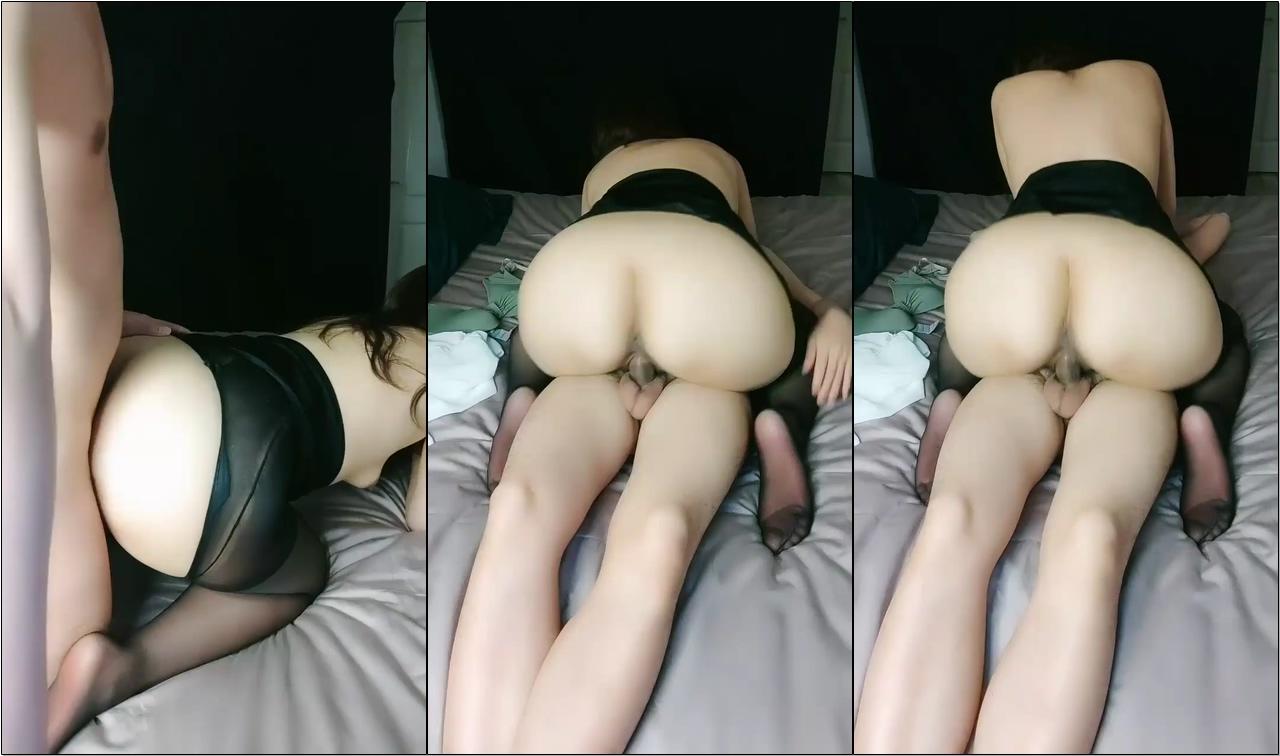圆润极品肥臀少妇 跪在床上按头深喉插嘴 开档黑丝后入抽插撞击