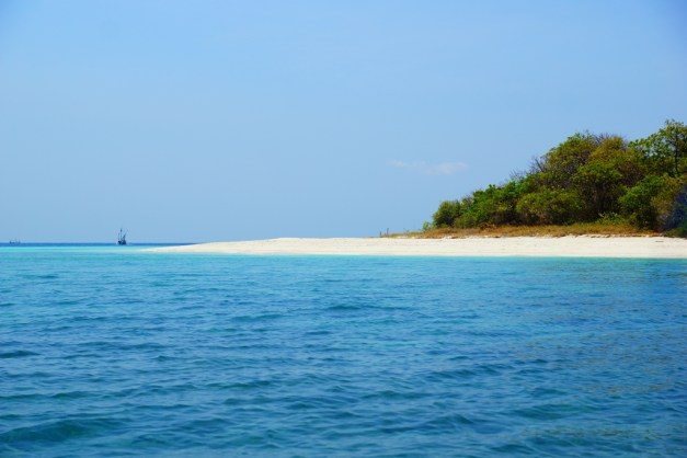 Pulau Gili Labak Laut Biru