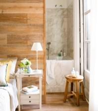 10bano-tras-el-cabecero-revestido-de-madera-con-banera-y-aplacado-de-marmol-00395787_7c4b4302
