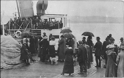 Light Horse recruits leaving from Tathra wharf for WWI on the Star
